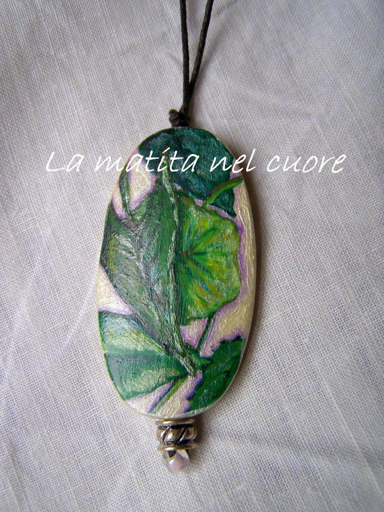 Ciondolo legno foglie verdi sparse dipinto a mano forma ovale