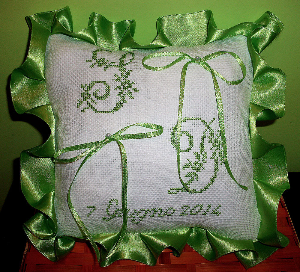 Cuscino fedi ricamato cuscinetto portafedi punto croce for Immagini di punto croce