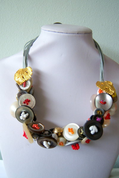 Collana con corda, resina, perle, perline e bottoni