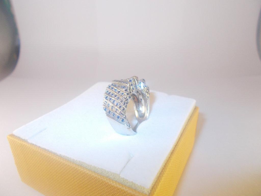 Anello in argento 925 fatto a mano e zaffiri naturali.