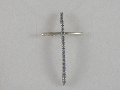 Croce in argento 925 e zaffiri naturali realizzata interamente a mano.