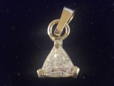 Ciondolo triangolo in argento 925 e Cubic Zirconia realizzato interamente a mano.