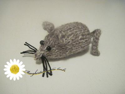Piccolo topolino in lana melange lavorato a maglia - fatto a mano