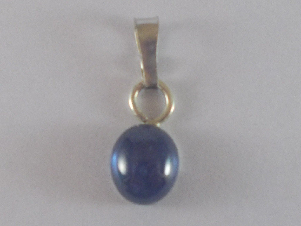 Ciondolo con zaffiro naturale ovale cabochon,in argento realizzato a mano.
