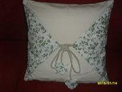 cuscino di cotone con motivi di edera cordoncino e cuori