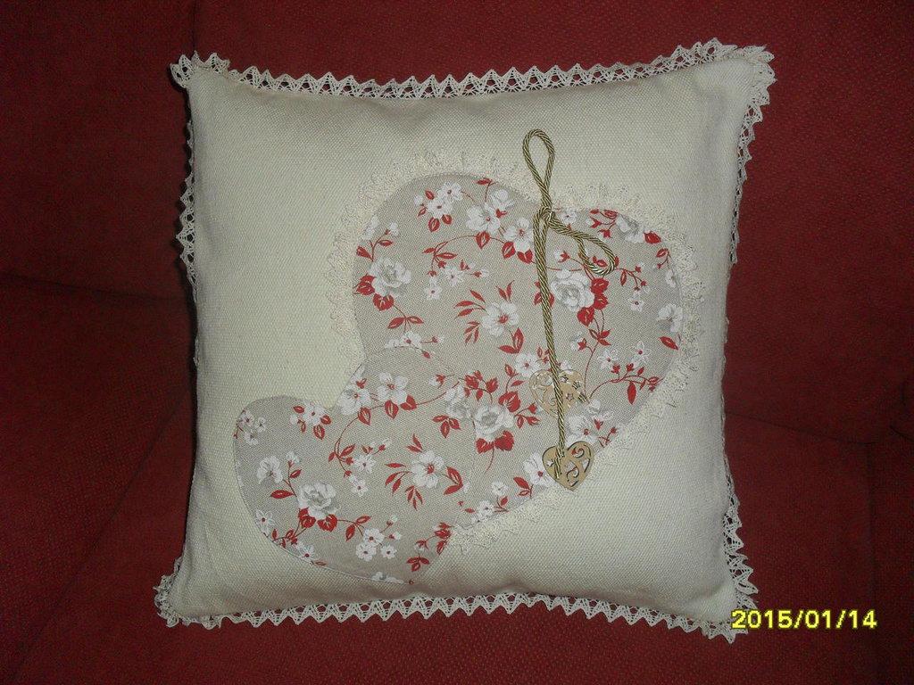 cuscino in tessuto sardo con applicazioni a forma di cuore