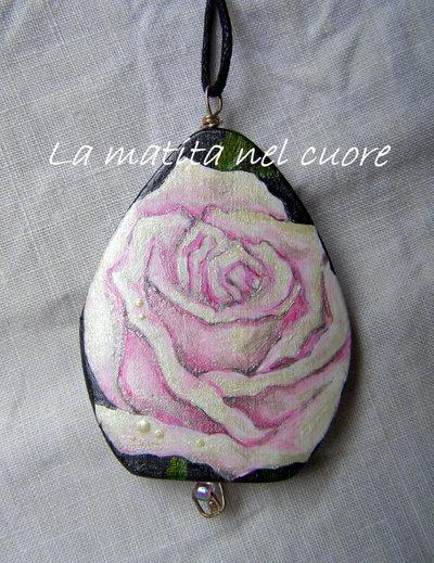 Ciondolo legno con rosa dipinto a mano forma a goccia