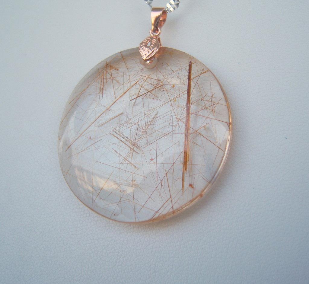 Ciondolo in quarzo rutilato con aghi rossi e gancio in argento 925 rosato