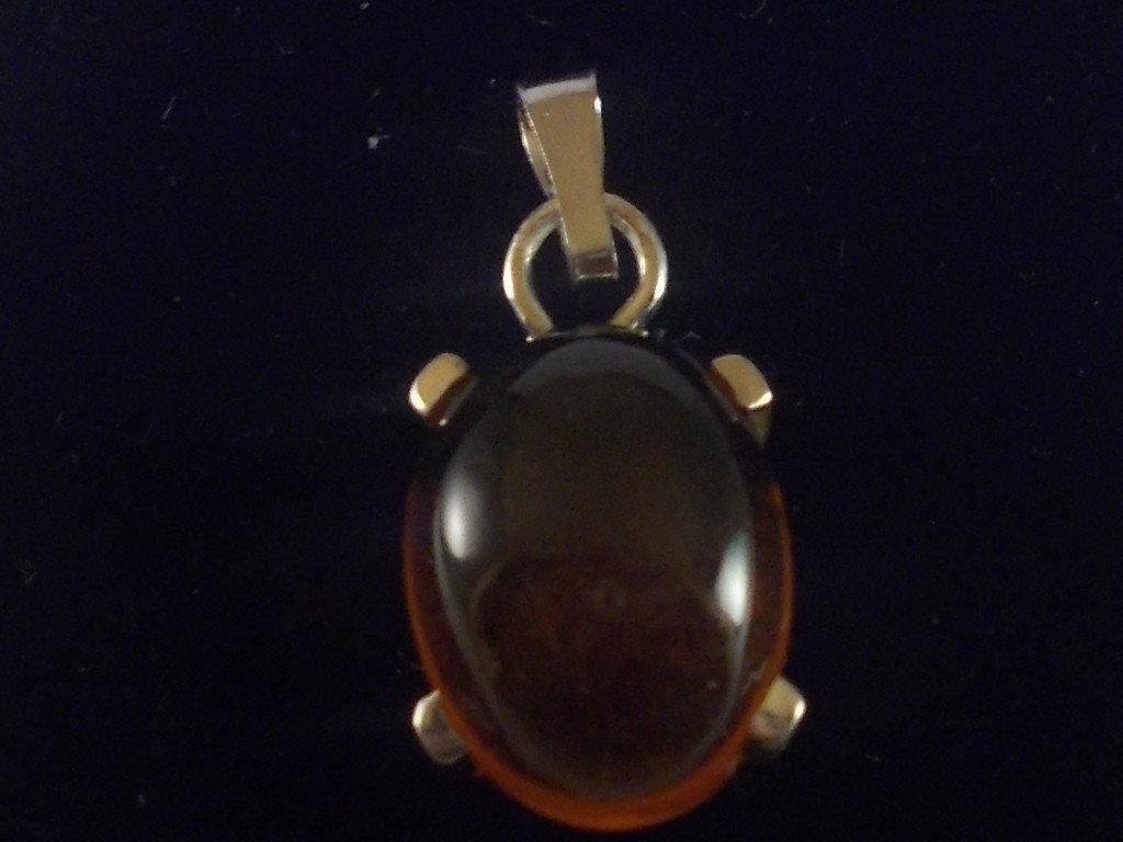 Ciondolo in argento 925 e ambra naturale cabochon realizzato interamente a mano.