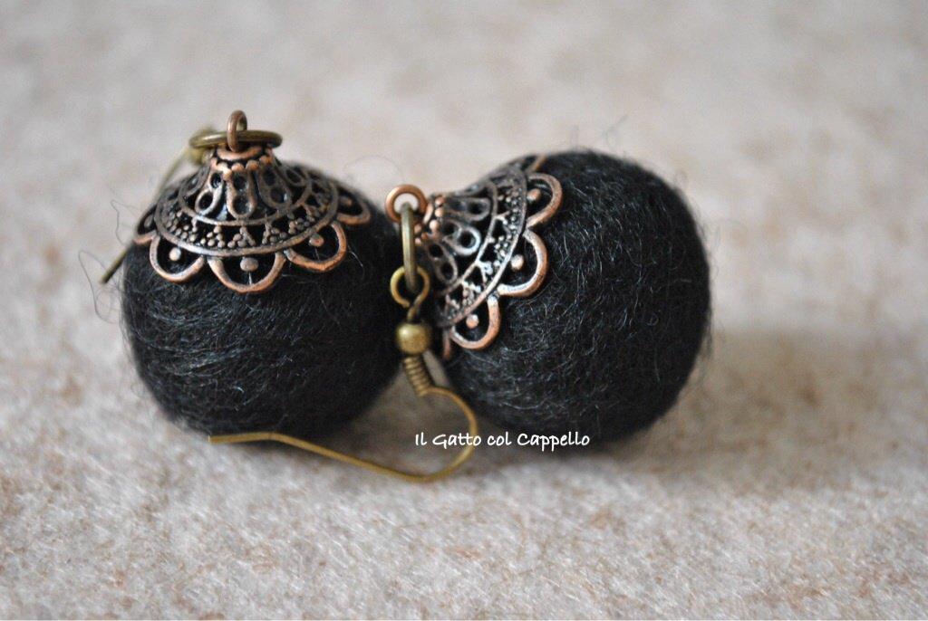 Orecchini pallina nera in feltro