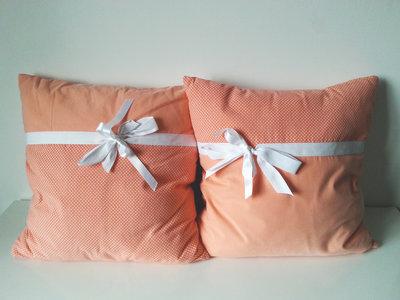 Cuscini romantici con fiocco e pois