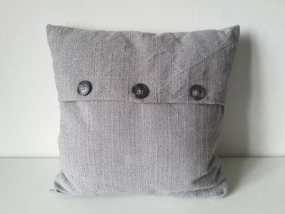 Cuscino d'arredo in lino grigio e bottoni