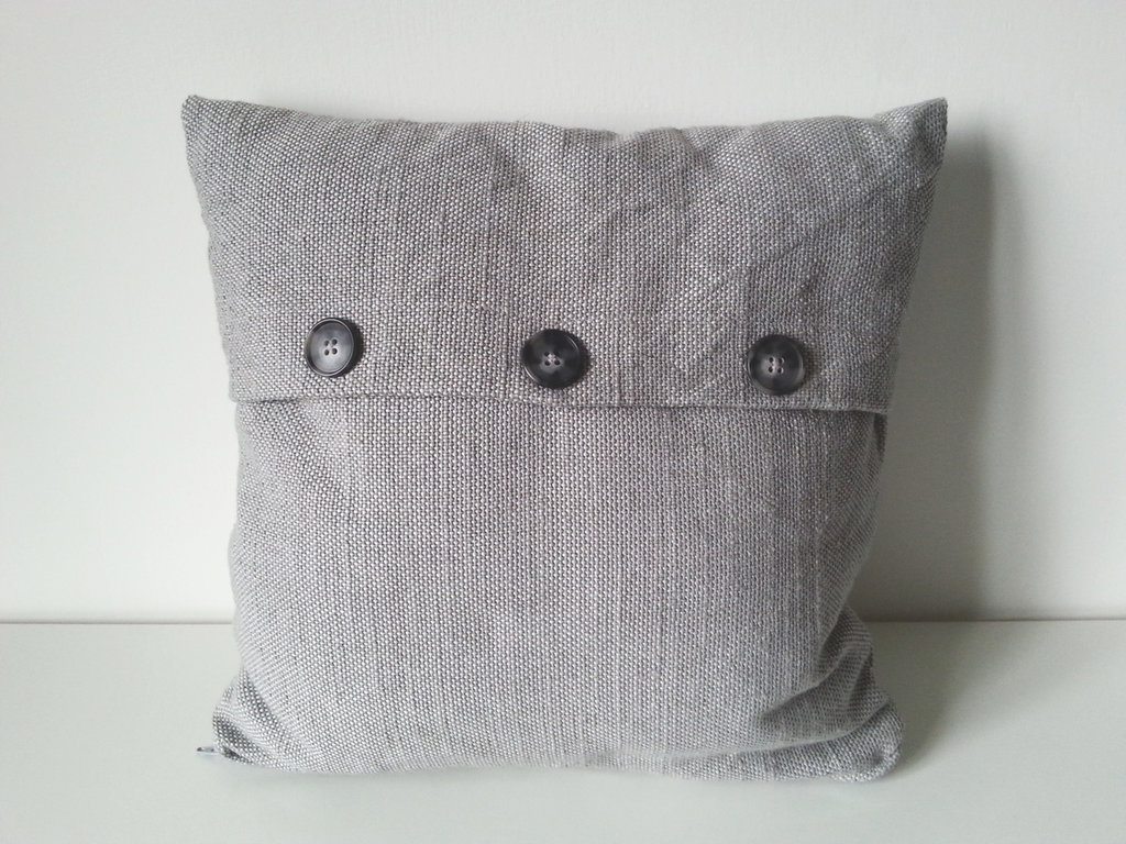 Cuscino d 39 arredo in lino grigio e bottoni per la casa e for Cuscini d arredo on line