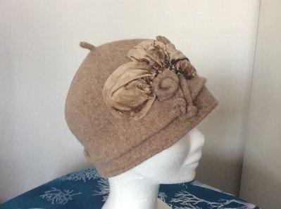 Cappello feltro di lana con fiore di pelle