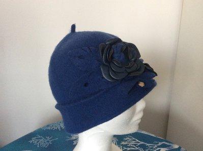 Cappello in feltro di lana con rosa e cuoricino pendente