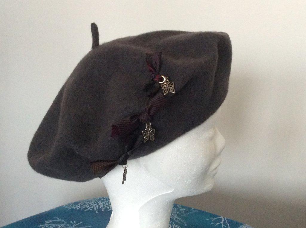 Basco feltro di lana con pendenti