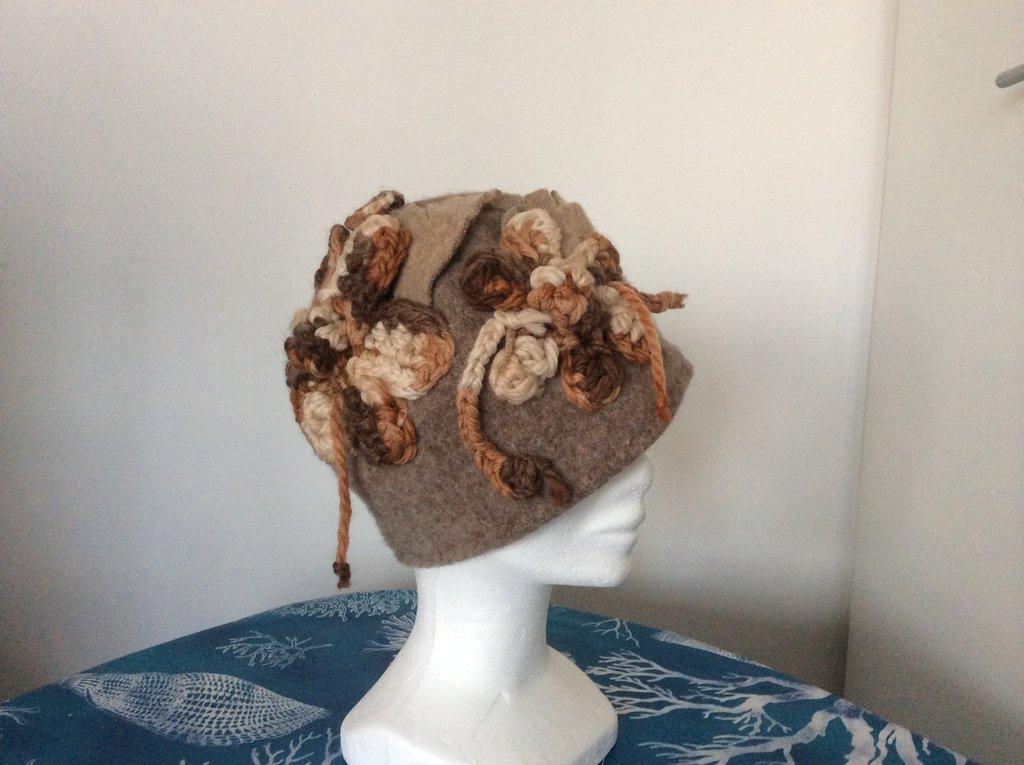 Cloche feltro di lana con fiore uncinetto