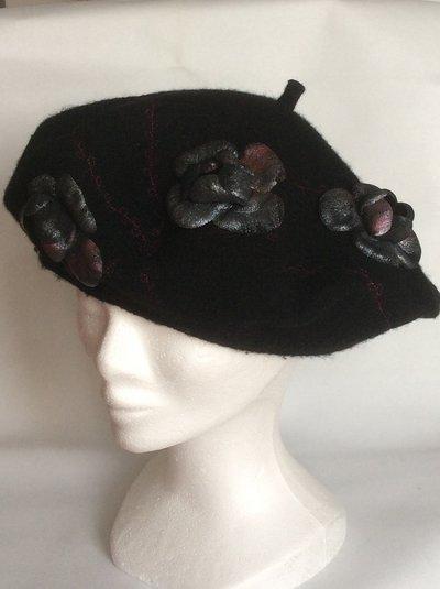 Basco lana ricamato con rose di pelle