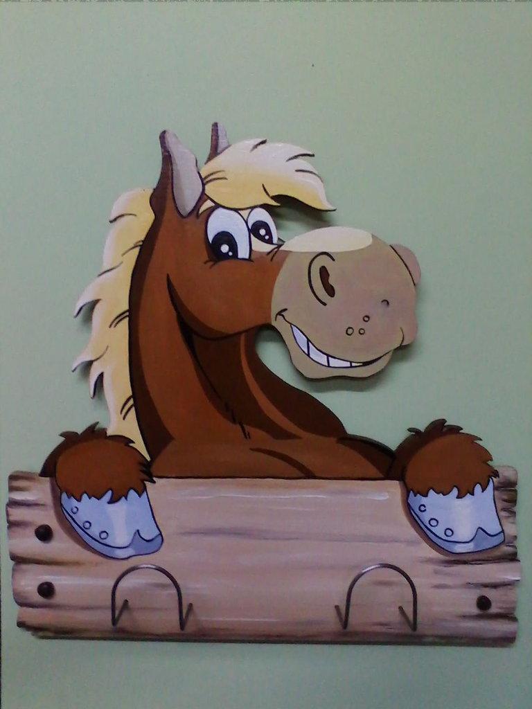 Appendino per bambini in legno dipinto a mano a forma di cavallo.