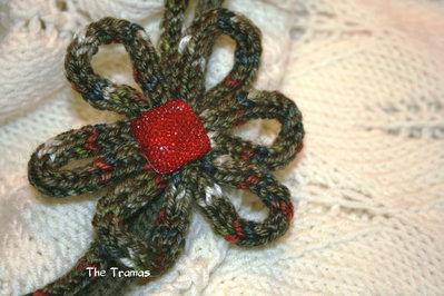 Collana di lana con fiore