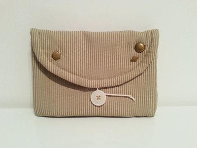 Bustina a righe beige con borchiette