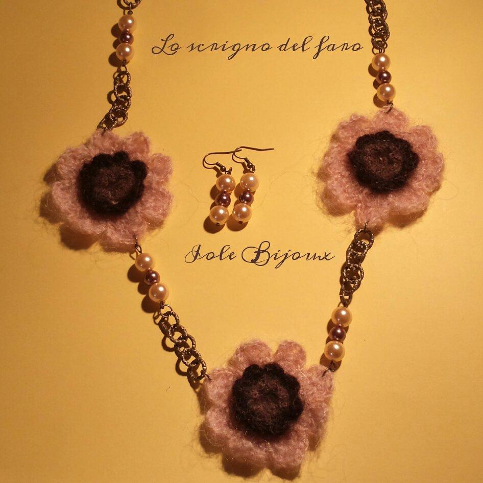 Collana fiori di lana beige e marrone con catena color bronzo
