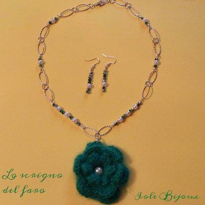 Collana con fiore di lana verde smeraldo e perline