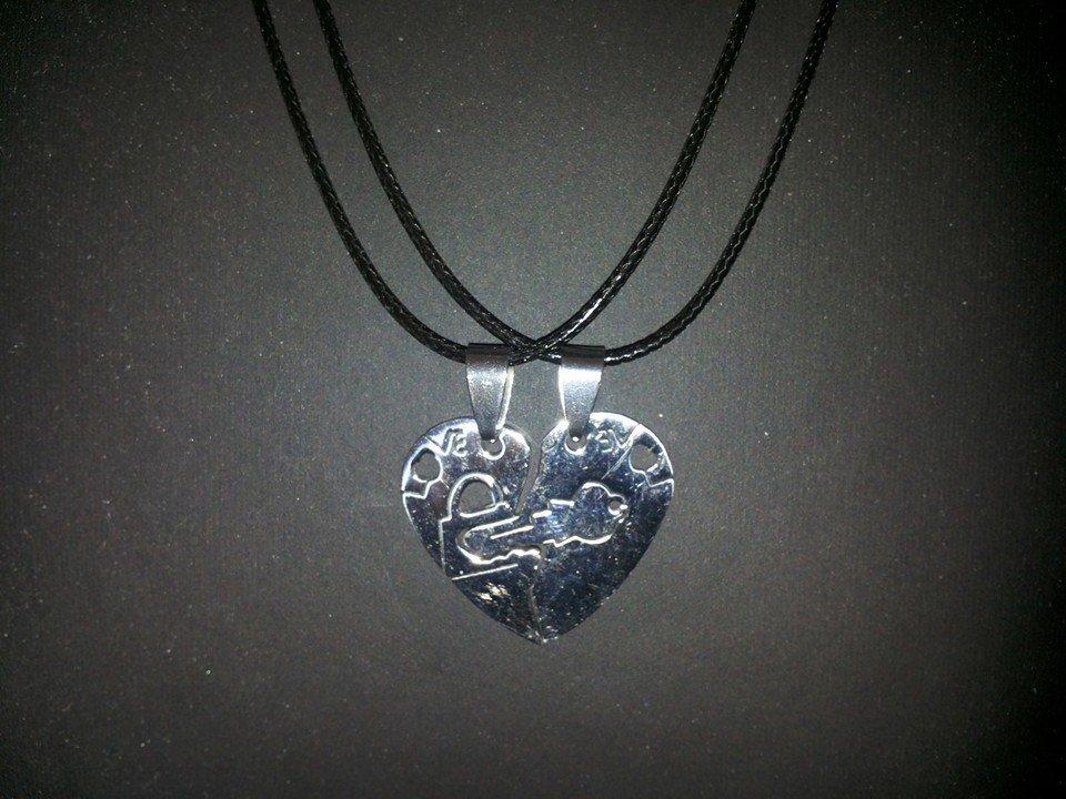 Regalo San Valentino, due collanine con ciondolo cuore e sacchettino regalo.