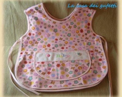 Grembiulino bambina per pappa o attività manuali rosa disegni di bottoni e fiori e ricamo a punto croce