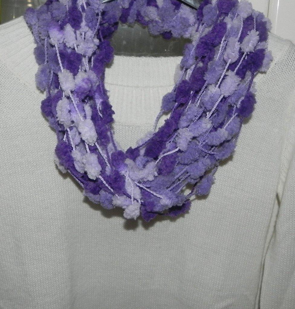 sciarpa scaladacollo collana in filato pon pon handmade toni del viola