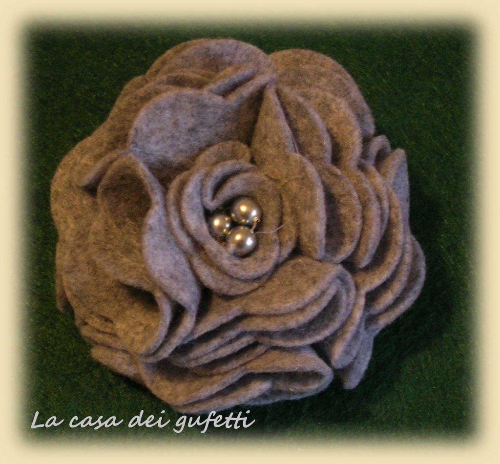 Spilla artigianale con fiore grigio in feltro e perle