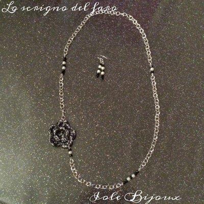 Collana con fiore di lana nero-argento e perline