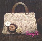 Bauletto all'uncinetto in lana bicolore con fiori