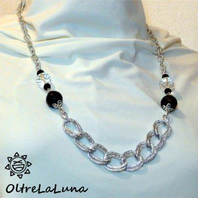 Collana con sfere nere e trasparenti con catena satinata in metallo