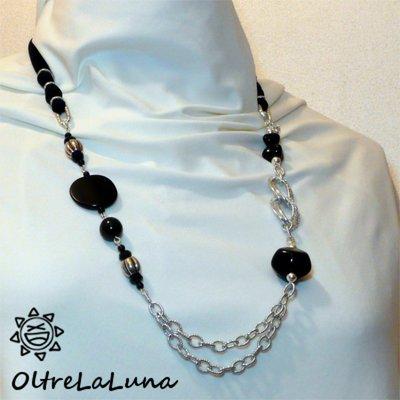 Collana con resine nere, catena in alluminio e tubolare in lycra