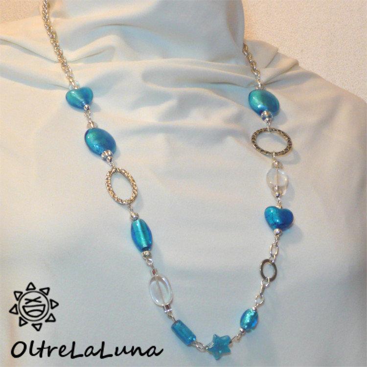 Collana con pietre azzurre e trasparenti con inserti in metallo