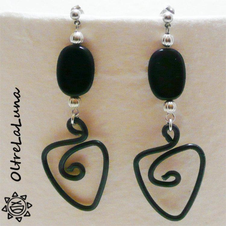 Orecchini pendenti in resina nera e alluminio