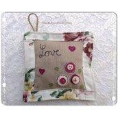 Bomboniera cuscinetto ricamato e imbottito con fiori di lavanda