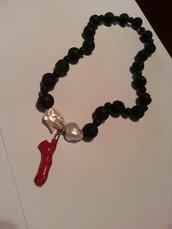 Collana in pietra lavica, perle scaramazze e pendente in corallo