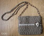 Borsa in lana lavorata all'uncinetto