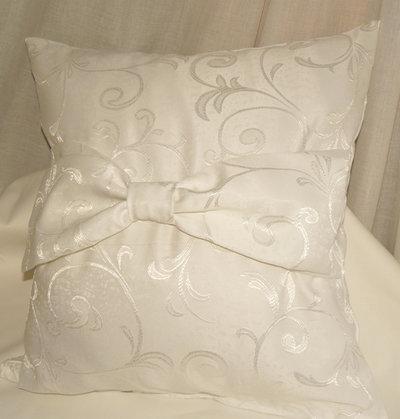 cuscino bianco con fiocco