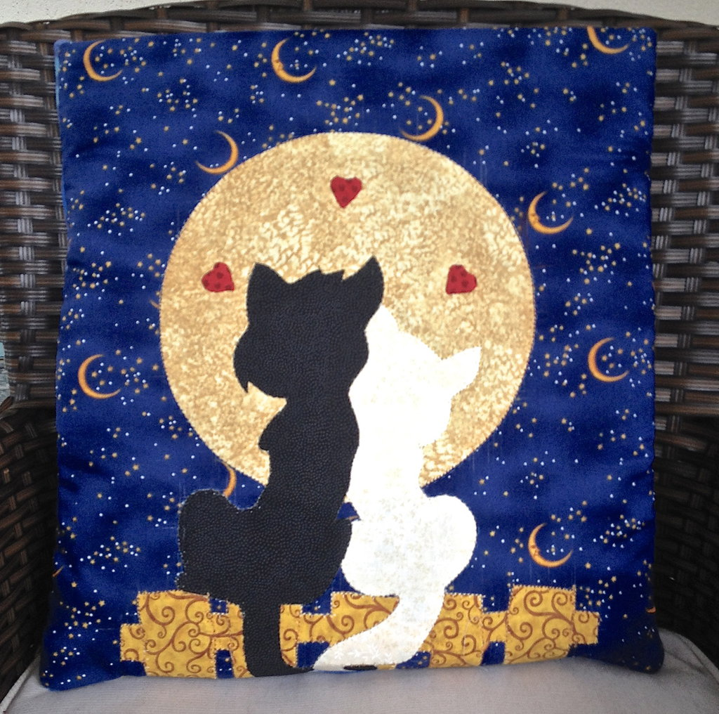 cuscino quillow gatti innamorati- un cuscino con dentro un plaid