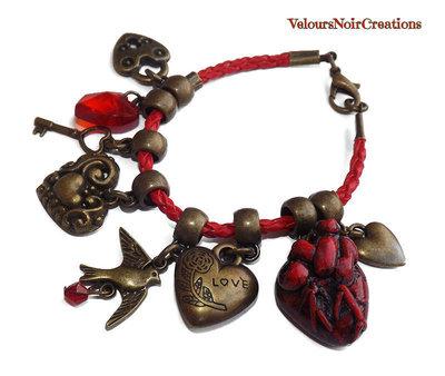 Bracciale con cuore anatomico in fimo e cuori in bronzo vintage