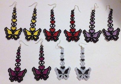 Orecchini ricamati a forma di farfalla con la tecnica del chiacchierino