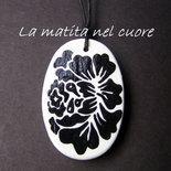 Ciondolo legno ovale fiore nero stilizzato dipinto a mano
