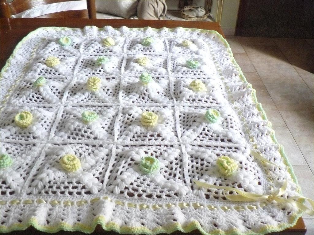 copertina in lana con fiorellini