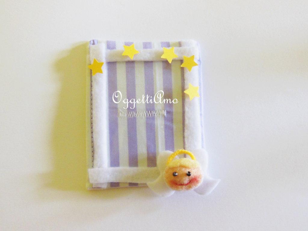 Cornice calamita con miniatura 'Angelo' in feltro: una bomboniera per ricordare con una foto il vostro bambino!