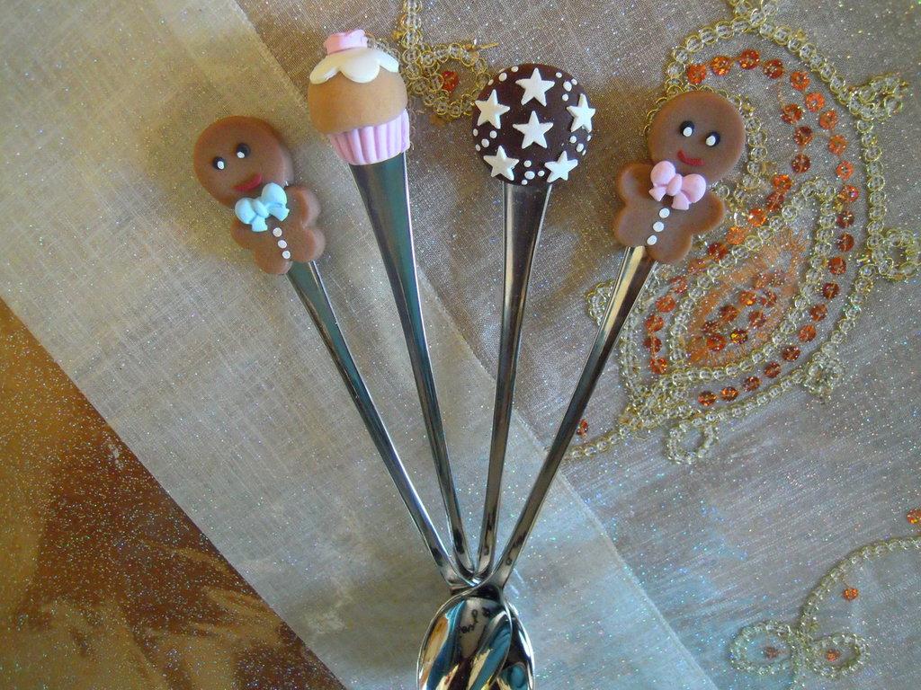cucchiaini con decorazioni in fimo