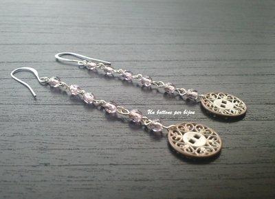 Orecchini con bottoni in metallo forato stile vintage/retrò con perline di vetro viola