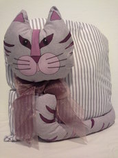 Gatto cuscino con fiocco